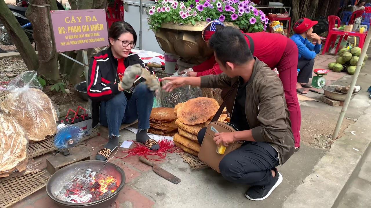 Trang Khàn bán bánh đa quạt chả ầm ầm đền Côn Sơn