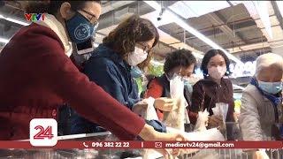Người dân cùng nhau mua tôm hùm giá rẻ | VTV24
