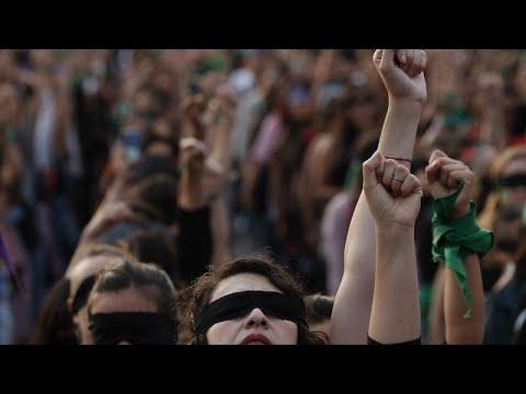 وقفة احتجاجية لضحايا جرائم قتل النساء أمام قصر المكسيك الوطني…