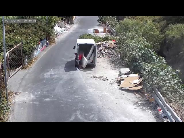 Catania, filmed by the cameras while throwing waste in the street: for him a maxi fine of 600 euro