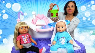 Bébé born Chloé prend un bon bain. Vidéo en français avec les jouets pour les filles