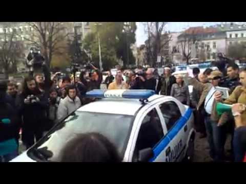 Протестиращи блокираха полицейски коли, стигна се до сблъсъци