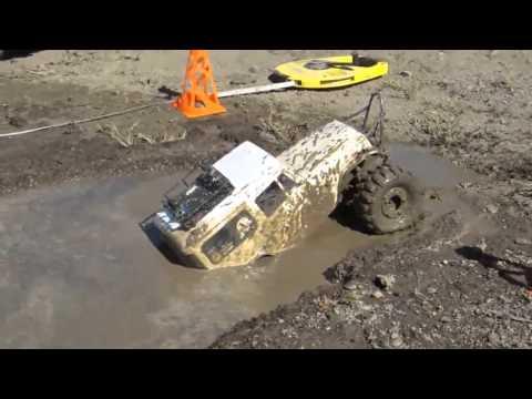 Модели внедорожников в грязи.