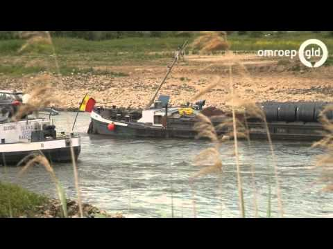 Vastgelopen schip op de IJssel weer los