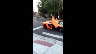 Мальчик разбил стекло скейтбордом McLaren за 250000$