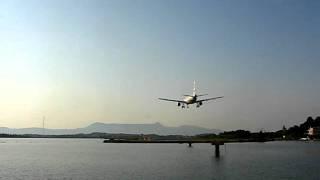 Аэропорт Керкира. Остров Корфу. Посадка(Съемка посадки самолета ведется со стороны Мышиного острова., 2011-07-20T19:17:57.000Z)
