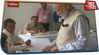 खुली जीप में बैठ पोलिंग बूथ पहुंचे PM, गांधीनगर में डाला वोट