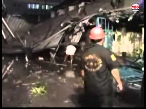 2013/09/11 ระทึกลมพัดหลังคาโรงงานลอยทับบ้านเสียหายกว่า10หลัง