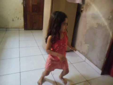 Menina de 4 anos dançando despacito