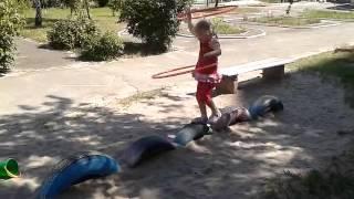 Копия видео Танцы с обручем. Трюки на колесах.