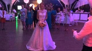 Свадьба Боба. Невеста бросает букет.
