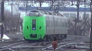 朝の滝川駅を出発する函館本線上り特急ライラック789系