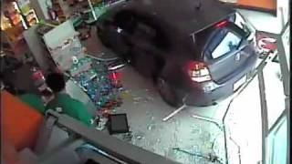 voiture qui explose une vitrine video