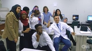 من لاجئ سوري يغسل الصحون في أمريكا إلى مدرّس لأطباء المستقبل