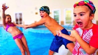 Дети ПОСПОРИЛИ в Аквапарке! Кто КРУЧЕ Плавает?