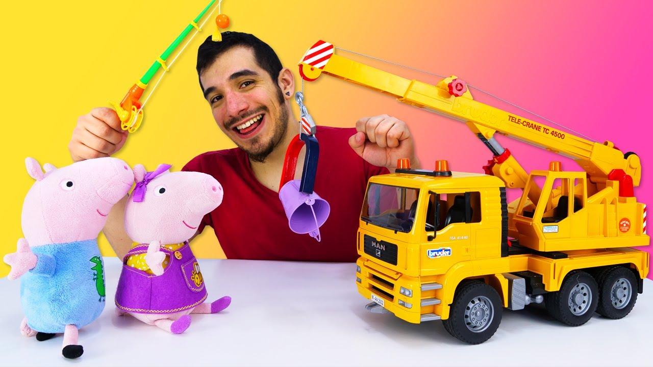 Peppa y George juegan con un imán. Vídeos de juguetes Bruder para bebés. Vídeo infantil para niños