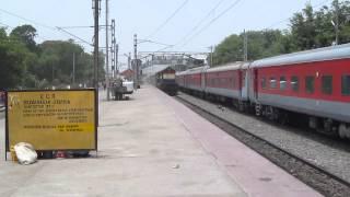14004 New Delhi- New Farakka Express Overtaking NDLS - Patna AC Summer Special at Dildarnagar !!