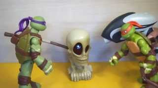 - Черепашки ниндзя. Черепашки сражаются против черепа. TMNT .The Teenage Mutant Ninja Turtles.
