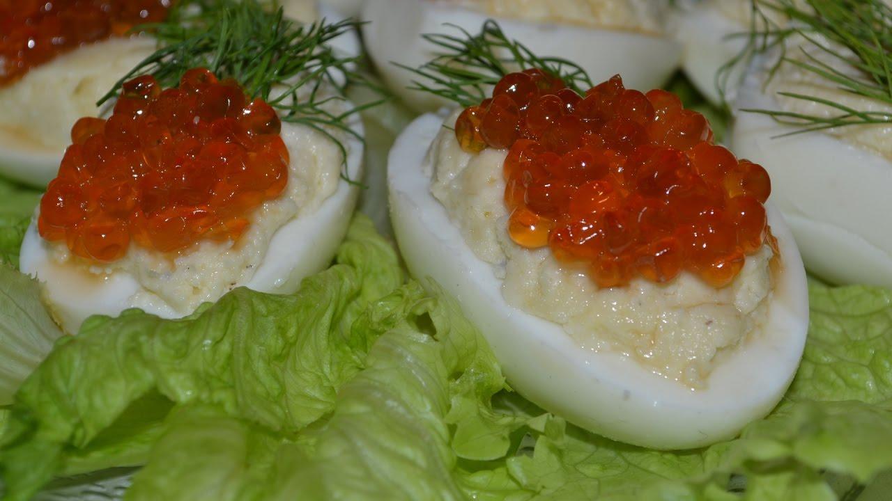 Фаршированные яйца с икрой – идеальная закуска на новогодний стол. Простой рецепт праздничного блюда