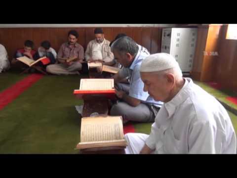Kur'an ı Kerim'i teypten dinleyerek mukabele yapıyorlar / 03 07 2014 / MARDİN