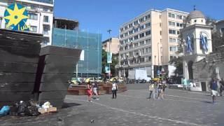 بالفيديو: القمامة في إستقبال السائحين في أشهر ميادين أثينا