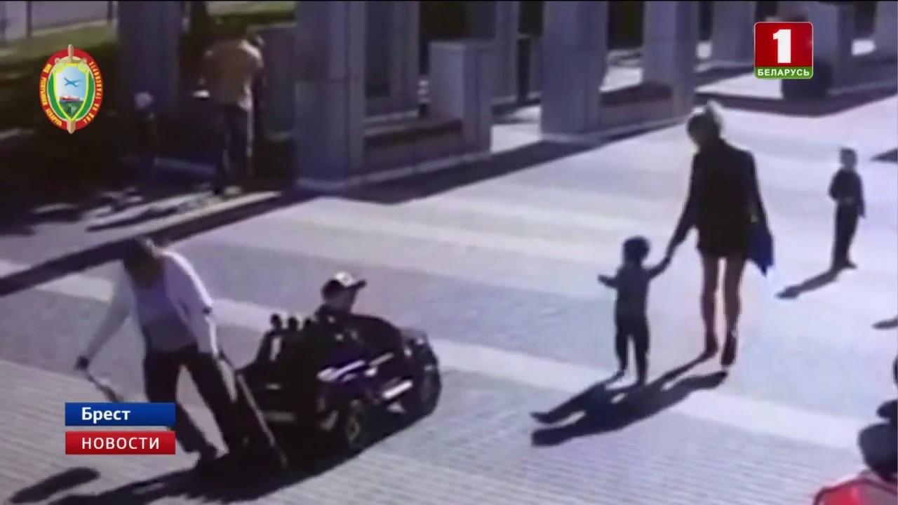 В Бресте мальчик на игрушечном автомобиле сбил женщину и сломал ей руку