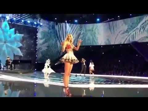 Ming Xi fall on Victoria's Secret Fashion Show 2017