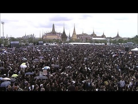 """คลิปประวัติศาสตร์ การรวมพลังร้องเพลง """"สรรเสริญพระบารมี"""" ของพสกนิกรชาวไทย (22 ต.ค. 59)"""