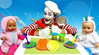 Baby Annabell et jeux Play Doh. Vidéo drôle pour enfants. Le mime fait des crêpes