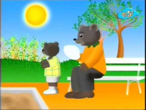 Бурый медвежонок не хочет надевать шапку