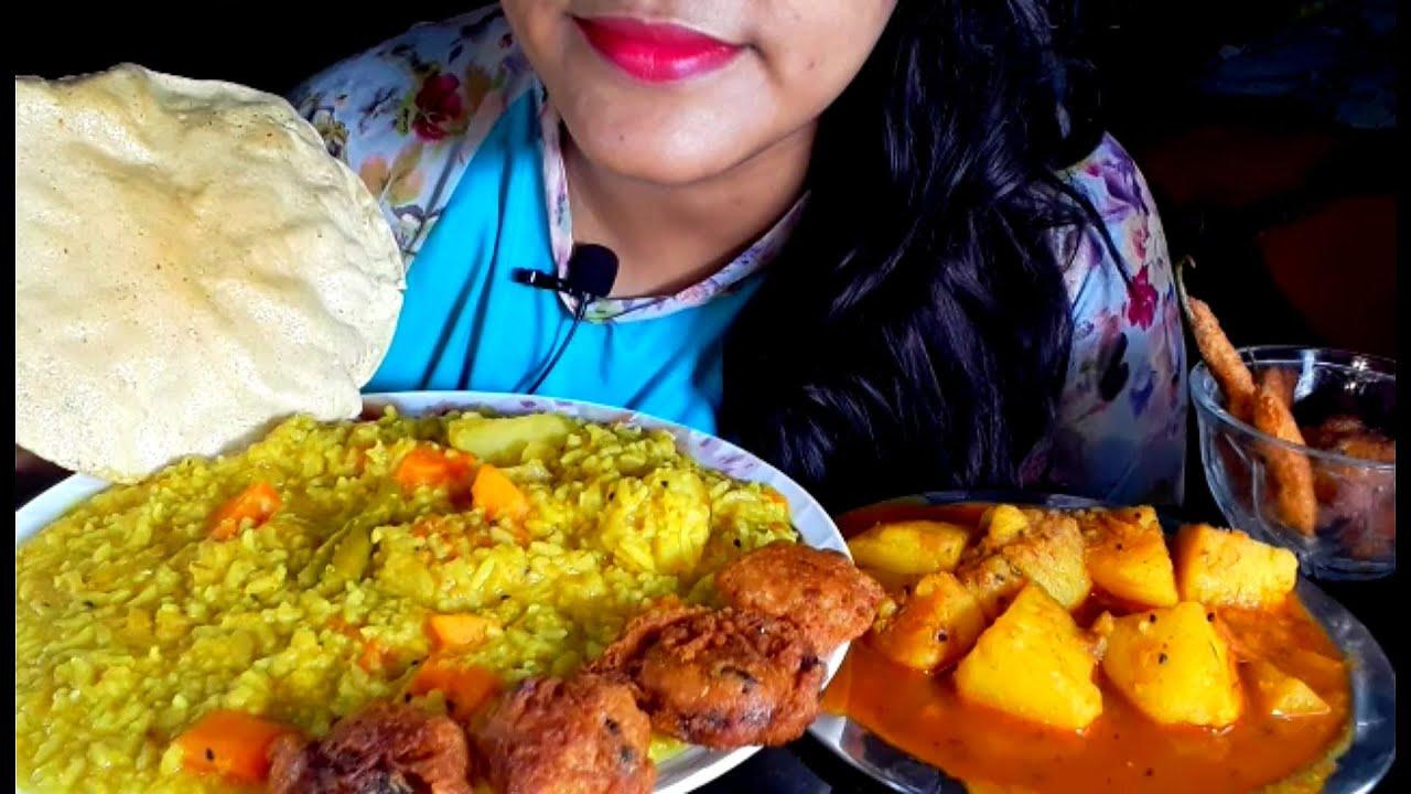 Vegetable Khichuri, Aloo Dum, Tomato Pakora,Mirchi Pakora, Aloo Pakora, Papad