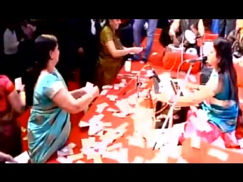 Money raining on Gujarat Women singer