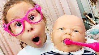 Valentina fingir brincar de cuidar do bebê reborn