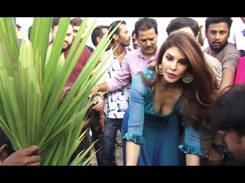 Jacqueline Fernandez deep cleavage show  At World Environment Day Celebration thumbnail