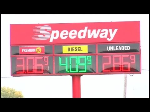 MoneyWatch: Gas prices drop; average price of college continues to rise