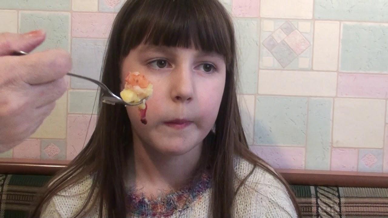 Бабушка кормит Алину)))
