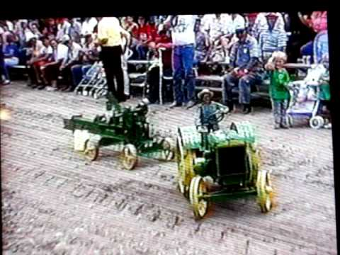 Antique Tractor Miniature Running scale model John Deere Tractor