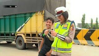 Download Kecil-kecil Cabe Rawit, Pemuda Ini Nekat Bawa Muatan Berlebih Hingga Mobil Goyang  -86