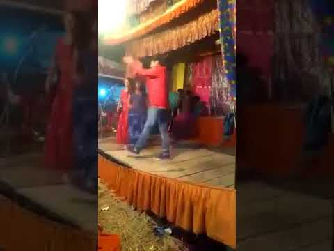 भोजपुरी अभिनेता शिवा शुक्ला ने स्टेज पर दो लड़कियों के साथ ग़दर काट दिया,दर्शक तो बस बजाते रहे तालियाँ thumbnail