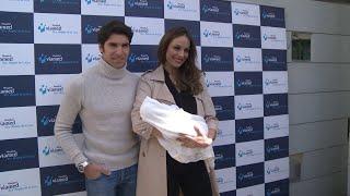 Eva González y Cayetano Rivera posan por primera vez con su bebé