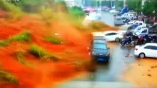 CHINA: Schlammlawine reißt Autos und Häuser mit sich