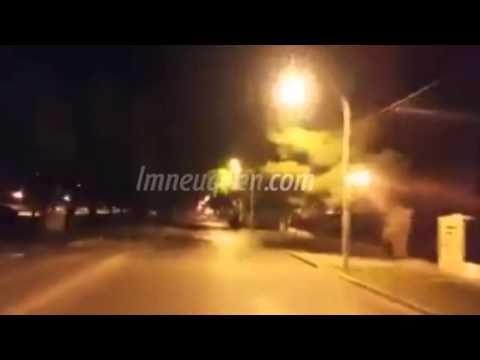 Arriesgando su vida, un joven se tiró en roller por la Avenida y causó indignación en las redes
