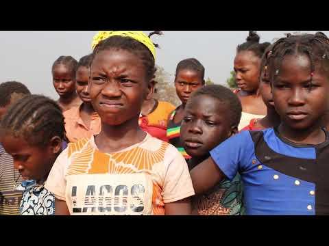 Les perroquets de Bangui jouent pour les déplacés de Bambari