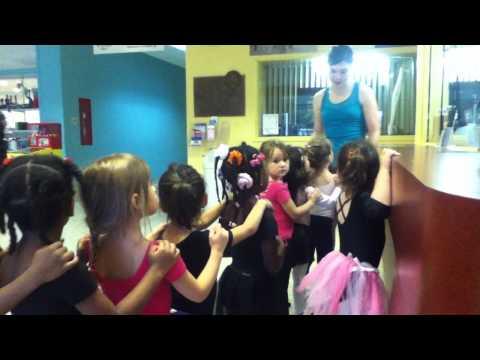 Mami En Fila Con Sus Amiguitas En Clases De Ballet
