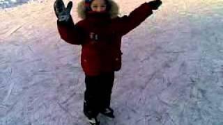 Андрей первый раз в жизни на коньках
