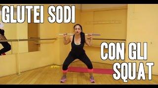 Come tonificare i glutei e snellire le gambe con gli squat: esercizi per dimagrire da fare a casa