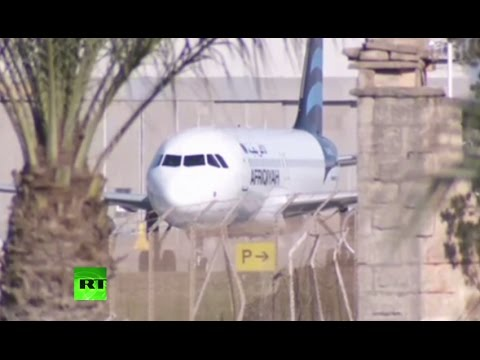 Passengers evacuate from hijacked Afriqiyah Airways flight in Malta (Streamed live)