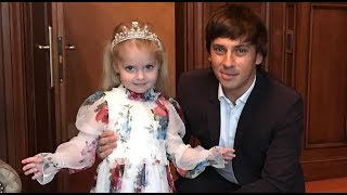 ЛИЗА И ГАРРИ-ЛИЗА СОЧИНИЛА ГИМН КОРОЛЮ ГАРРИ(дети Пугачевой и Галкина)