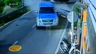 Repeat youtube video เรื่องเล่าเช้านี้ คลิปนาทีชาวต่างชาติขับปาเจโร่ เสยกระบะขาดกระเด็น โชคดีไร้เจ็บ