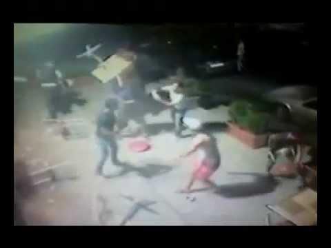 8969790598a27 إعتداء عدد من الشبان على محل عصير في صيدا - YouTube